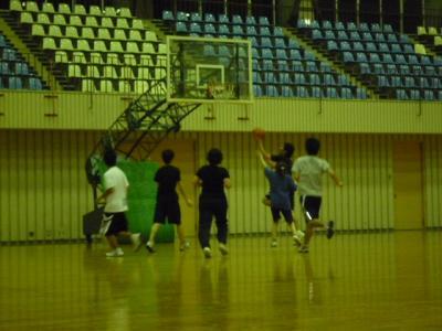 県立体育館でバスケ1