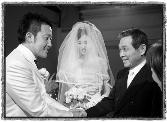 チャペル挙式 熊本 新郎と新婦父の握手
