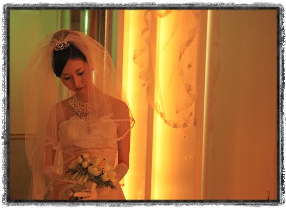 チャペル挙式前の花嫁 ウエディングドレス