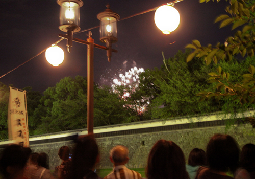 花火見学する人たち 火の国祭り