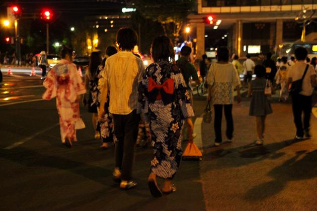 火の国祭り 花火のあと 浴衣姿のカップル 熊本市役所前