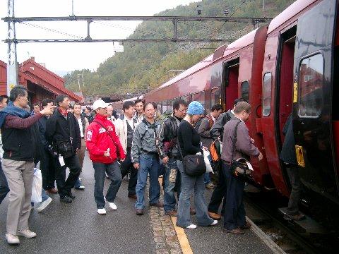 ベルゲン急行に乗り込む乗客