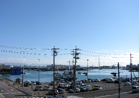 清水駅よりすぐ見えてくる、清水港