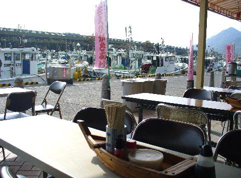 浜のかきあげやの前にある由比漁港