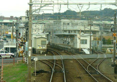 2面4線の県総合運動場前駅