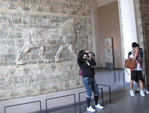歩く獅子の像 073