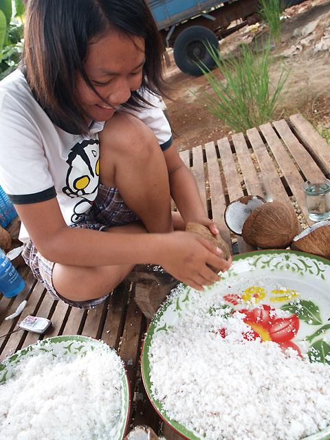 ココナッツを削るイサーンの村の女子高生