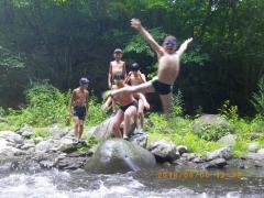 20100808川遊びジャンプ