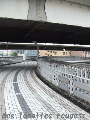 高速下の歩道橋