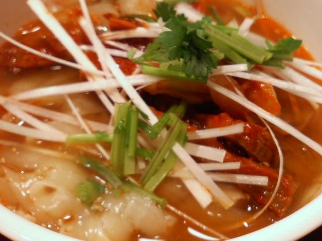 チャーシューとネギのピリ辛刀削麺