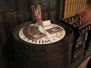 『デン』入り口のウイスキー樽