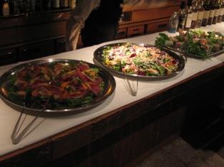 『デン』カウンターの食べ物写真