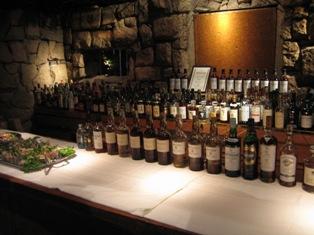 カウンターに並ぶウイスキー