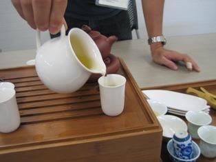 中国茶(烏龍茶)を入れていただいている所