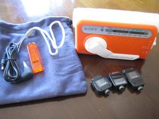 『SONY 手回し充電ラジオ ICF-B01』すべての付属品を並べた写真