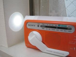 『SONY 手回し充電ラジオ ICF-B01』スポットライトを点灯