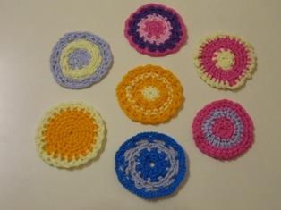 アクリル毛糸で編んだコースターの写真
