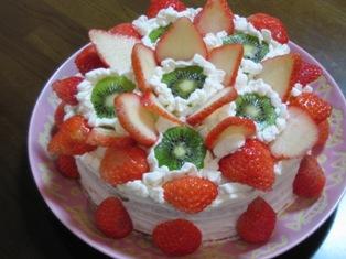 イチゴとキウイのデコレーションケーキの写真