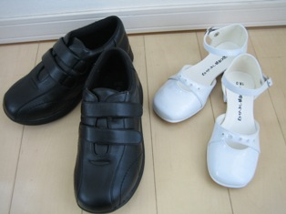 ニッセンで購入の黒の靴と白のエナメル靴