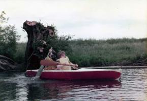 舟遊びする子どもたち