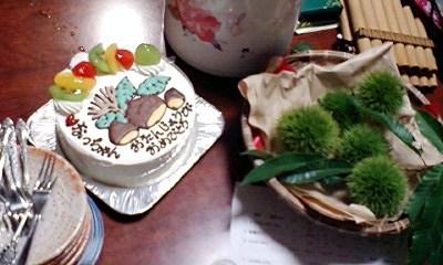 栗の絵柄のケーキと本物の栗