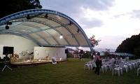 屋根が新設された野外ステージ