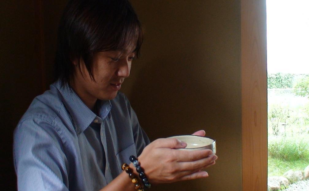 実業家のToMoさん、山梨県北杜市で遠州流茶道を体験。