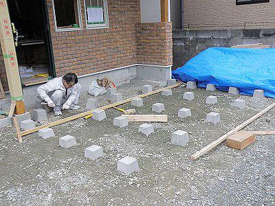 ウッドデッキの束石-基礎工事