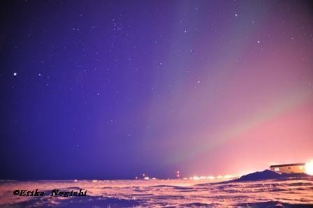 ブルーの残る空にオーロラ
