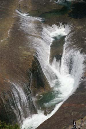 吹き割れの滝6