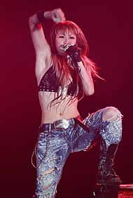 激しいダンスと歌声で観客を魅了した倖田來未さん=19日夜、神戸市中央区港島南町7、ポートアイランド2期