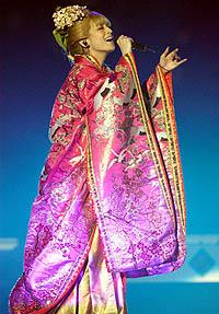 赤い振り袖姿など7変化で20曲を熱唱し、台北っ子を魅了した浜崎あゆみ=台湾・台北アリーナ