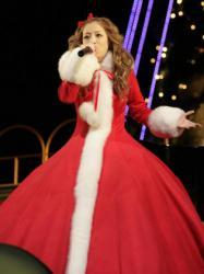 サンタクロースをイメージした幅最大2メートル、重さ約20キロのカシミヤ地ドレスで観客を魅了した浜崎あゆみ=大阪市此花区