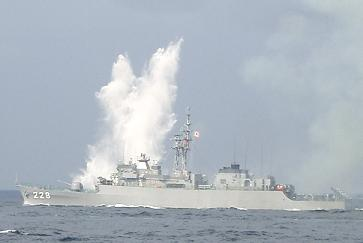 観艦式予行27日・「ゆうべつ」&対潜ロケット弾の着弾