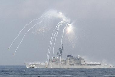 観艦式予行27日・「やまゆき」IRフレアー発射