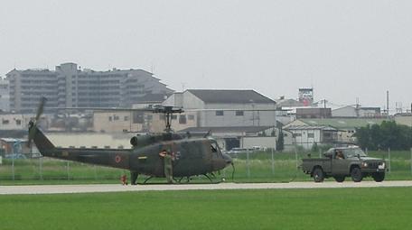 八尾「UH-1と電源車」