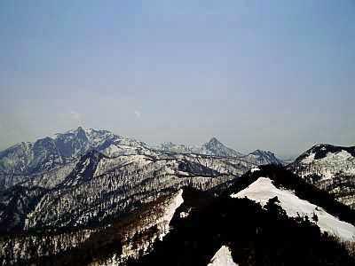 富良野西岳 8南の芦別岳方面。夕張山地独特の地形だ