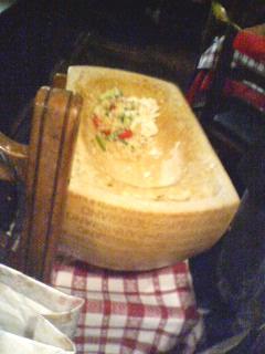 チーズの器の中でまぜまぜ。