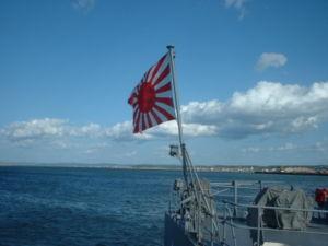掲揚された自衛艦旗