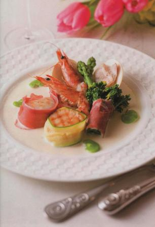 車えびと帆立のグリエ 春野菜とはまぐりのヴァプール添え