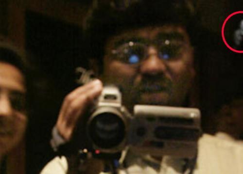 ホープダイヤをビデオ撮影している男性の右奥に女の顔が…