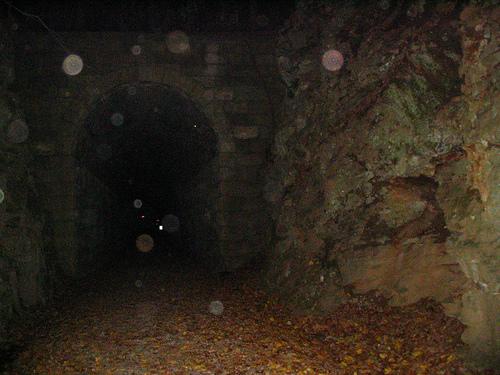トンネル入り口に浮遊するオーブの群れ by mofute
