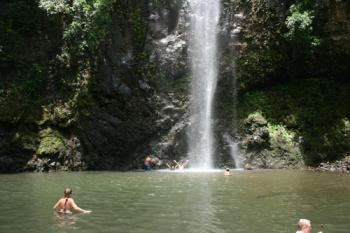 Secret Falls 秘密の滝の下にたっています。