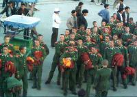 ラマ僧の服を手に持つ人民解放軍兵士