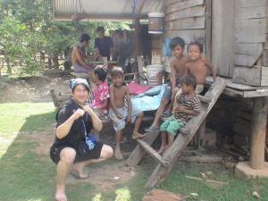カンボジアの電機水道のない村で子供達と