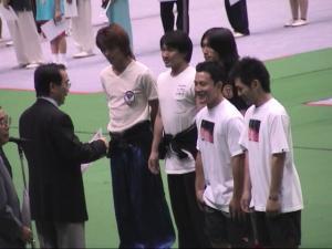 全日本武術太極拳競技大会表彰式で受賞される武藝団