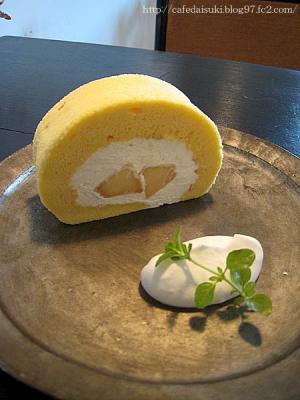 HANG cafe◇桃のロールケーキ