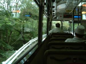 山道のバス