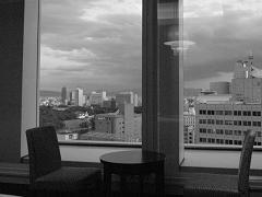 窓に映るシャンデリア