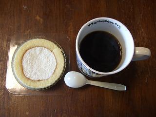 プレミアムロールケーキとコーヒー